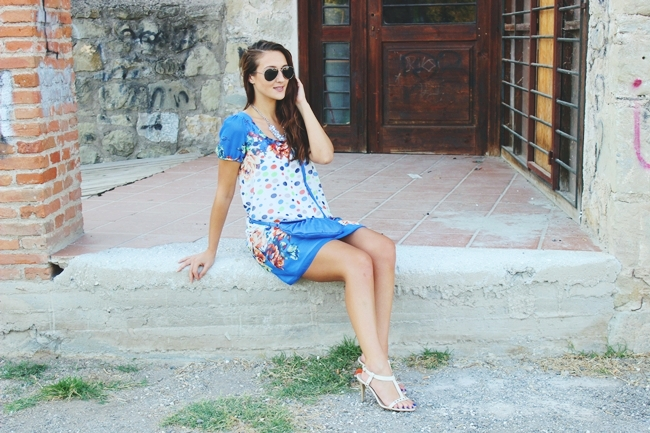 Outfit:cobalt blue, polka dots and floral print.Best summer looks.Gianni Morati dress.Strappy beige sandals.H&M aviator sunglasses.Avon necklace.Modna blogerka.Outfit za leto.