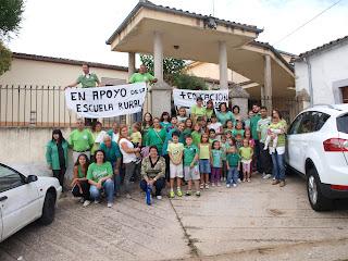 protestafrente al colegio la valvanera en santibañez. 16 centros iniciaron con protestas