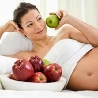 Wanita memakan apel untuk diet sehat