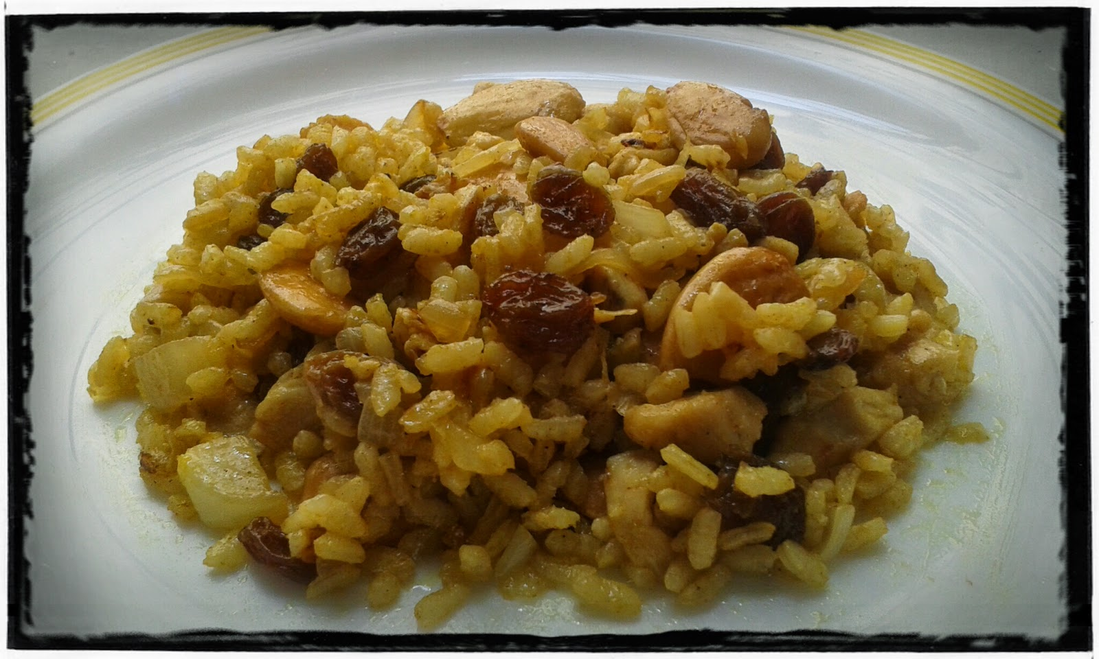 Arroz al curry con pollo, pasas y almendras