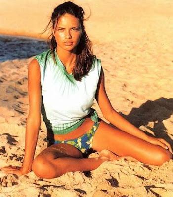 adriana lima en la playa