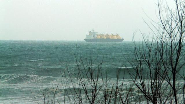 barco gasero cruzando sopelana