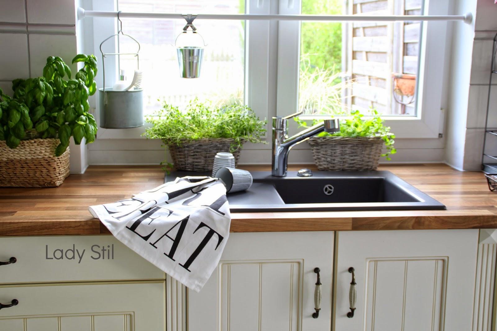 Blick auf die Küchenspüle mit zwei Bast-Kräuter-Körben und einem Geschirrhandtuch in schwarzweiß von Bloomingville sowie House Doctor Bechern in schwarzweiß gestreift