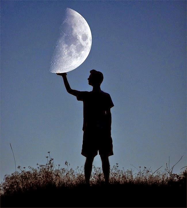 Góc chụp ảnh độc, sáng tạo giữa người và mặt trăng, hình ảnh độc