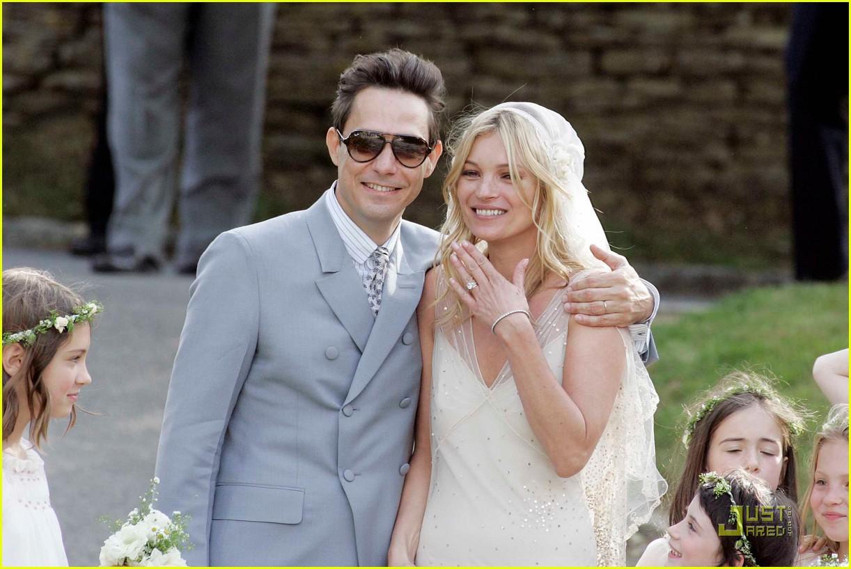 http://4.bp.blogspot.com/-iGxAn6aX2gM/ThYwp5GpCEI/AAAAAAAAB6g/1e8uQIuYqNY/s1600/kate-moss-jamie-hince-wedding-01.jpg