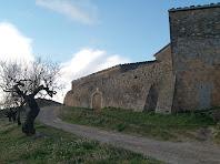 Imatge del cantó de llevant, amb contraforts, del pati o lliça de Cal Magí de les Alzines