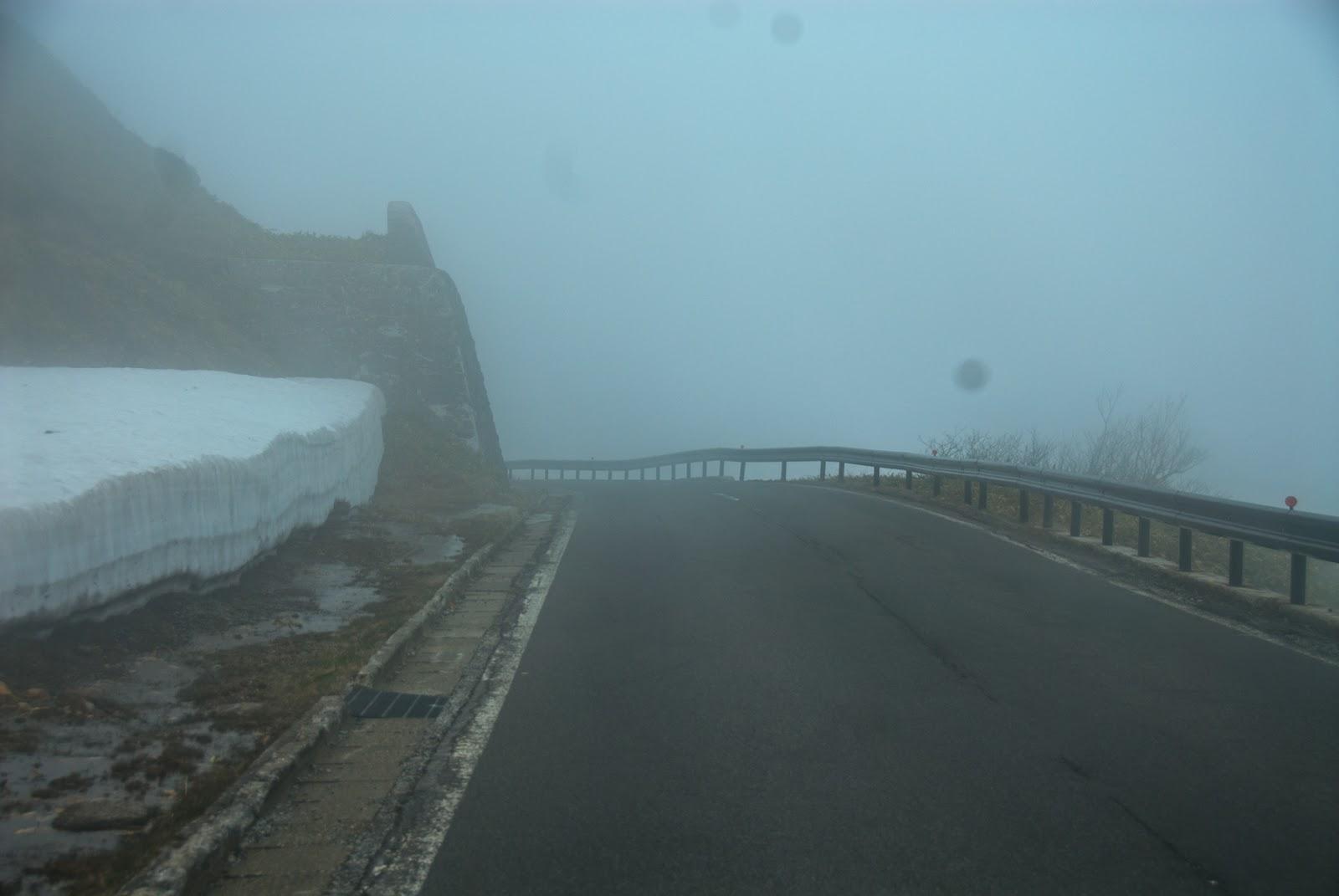 霧でかなり視界が悪くなる渋峠