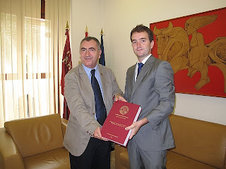 El consejero de Presidencia, Manuel Campos,  junto  al doctor Francisco Caravaca Sánchez.