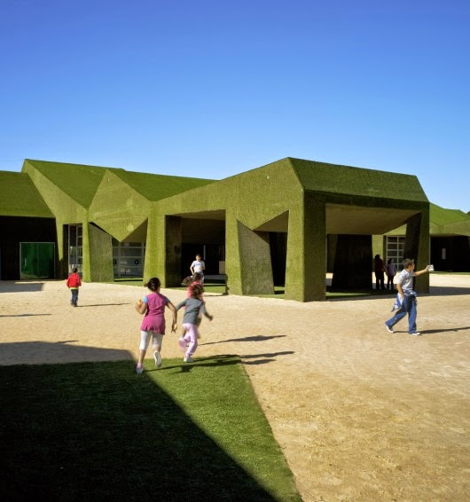 مدرسة فى أسبانيا جدرانها من الحشائش وتبدو كجزء 512af8a3b3fc4b11a700