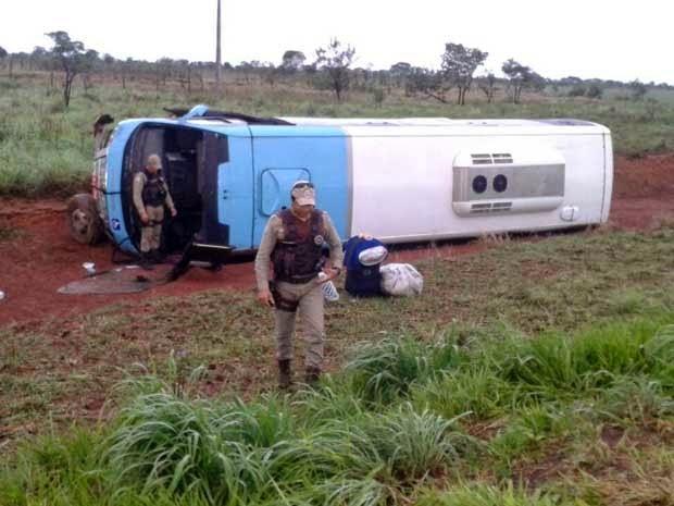 Micro-ônibus tombou na BA-458, na madrugada deste sábado (Foto: Edivaldo Braga / Blog do Braga)