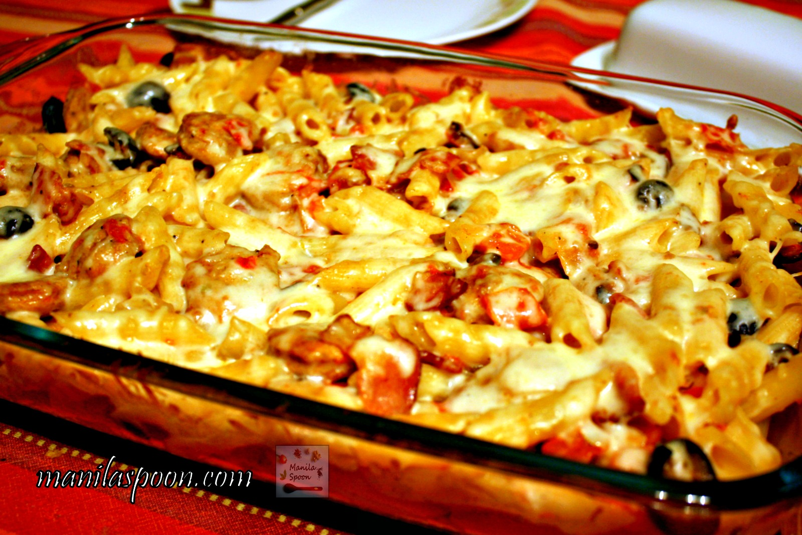 This casserole dish is deliciously comforting! With bacon, sausages, olives and cheese - - you can'T易于使用这种简单而美味的香肠和意大利面烘烤!