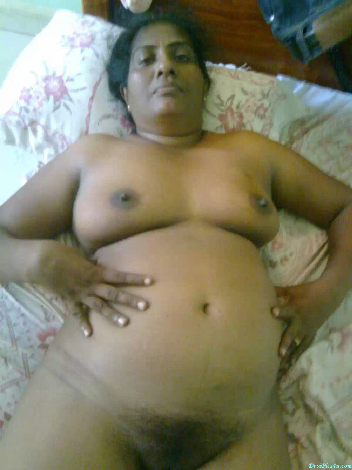 FATTY N BEAUTY: OLD INDIAN AUNTY SHOWING HAIRY PUSSY.