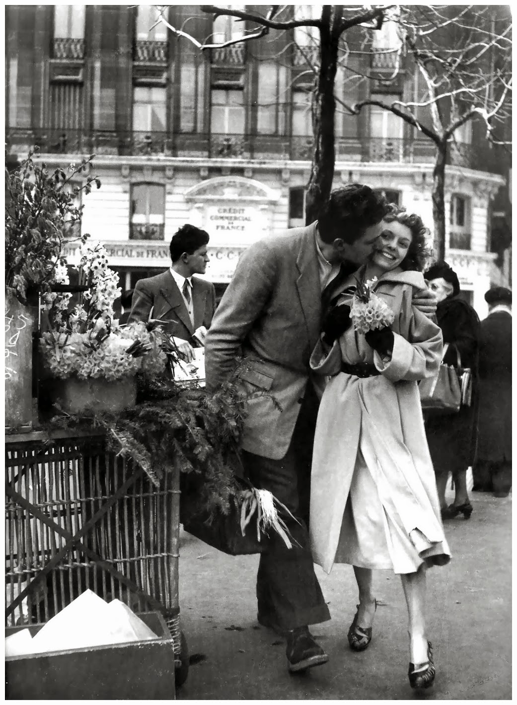 robert doisneau one of the greatest Robert doisneau pronounced (dawno) in french, was a talented and famous photographer known for capturing true life scenes of the street of paris from the 1930's through 1960's early love for photography.
