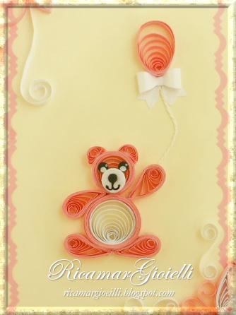 Biglietto di auguri in quilling con orsetto e fiori