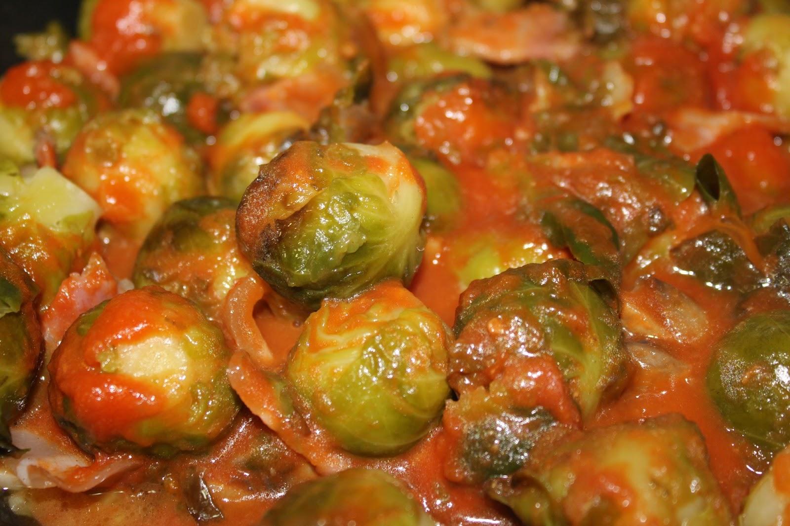 Coles de bruselas con champi ones bacon y salsa de tomate - Cocer coles de bruselas ...