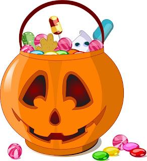 muchos caramelos dentro de calabaza de halloween