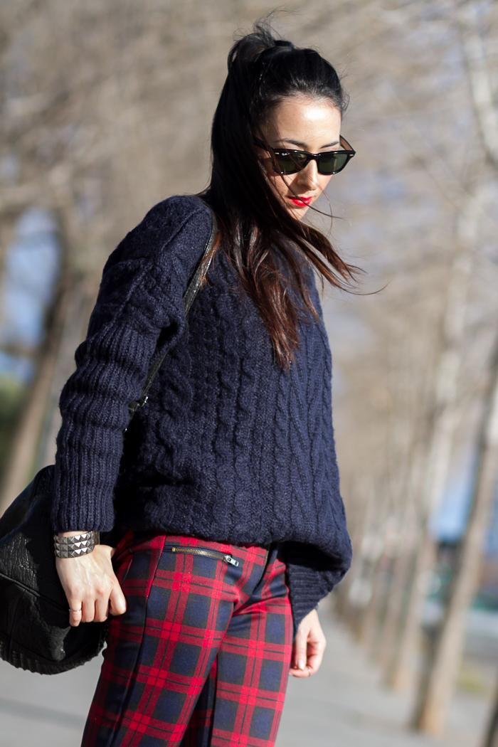 Look abrigado con jersey largo de cuello alto en color azul marino con pantalones de cuadros rojos blog moda España tendencias