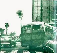 Viejo ómnibus contaminando a diario la ciudad