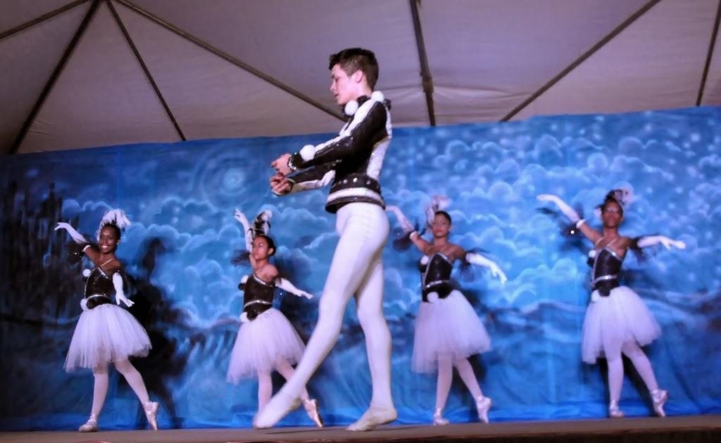 Encerrando a noite de domingo, o espetáculo Nossa História, da Dançarte Cia de Dança