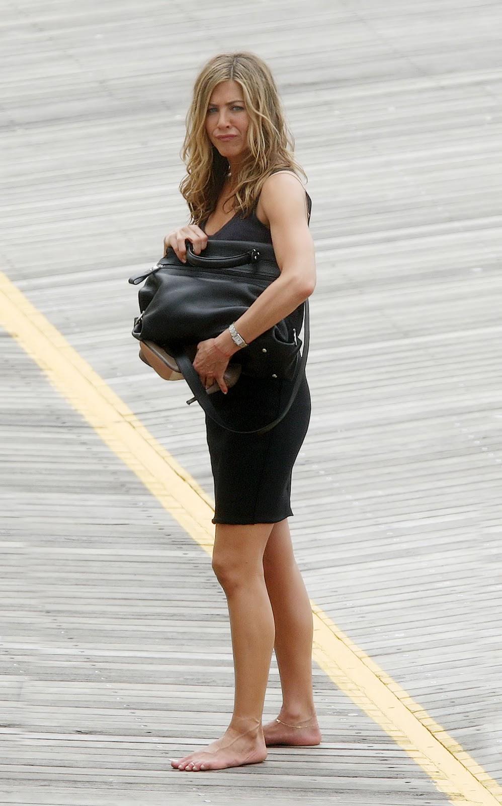 Barefoot celebrities january 2012 - Jennifer aniston barefoot ...