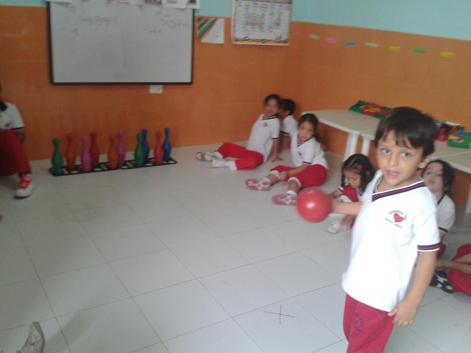 Jardin infantil corazoncitos alegres jugando bolos for Aprendemos jugando jardin infantil