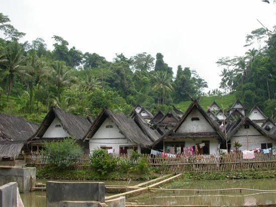 Bentuk , Letak, dan Arah Rumah  di Kampung Naga