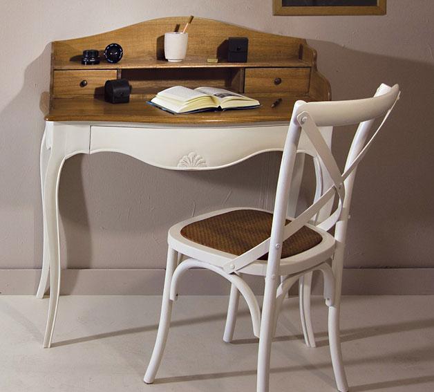 Silla y escritorio blanco combinado con madera
