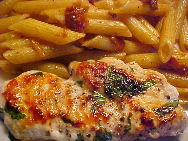 Suprêmes de poulet délicieux au basilic et à l'ail Viviane