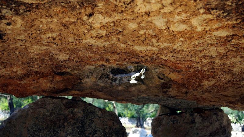 Öffnung in der Steinplatte des Dolmen Li Scusi (Apulien)