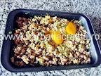 Placinta cu carne in foitaj preparare reteta - legam umplutura cu doua oua