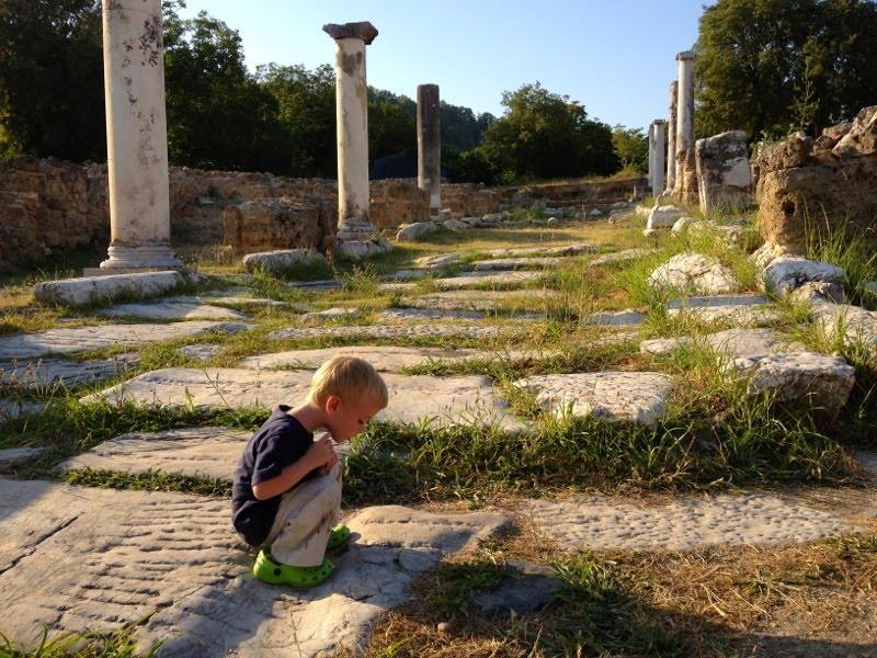 Βόλτα στον αρχαιολογικό χώρο του λόγγου