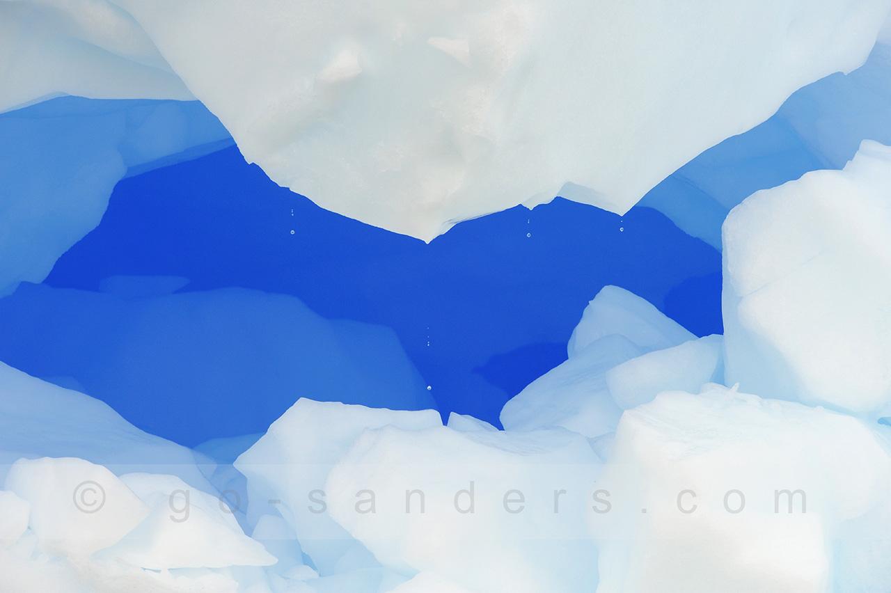 Das Foto zeigt einen Ausschnitt einer Spalte, in der das Eis magisch blau leuchtet.