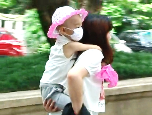 She said she hit upon the 'hugging' idea when some people she met in the hospital gave her monetary assistance, while others gave her hugs as encouragement.<br>A check with CMU showed that Ms Chen's daughter had been warded there for a period of time, said Cqnews.