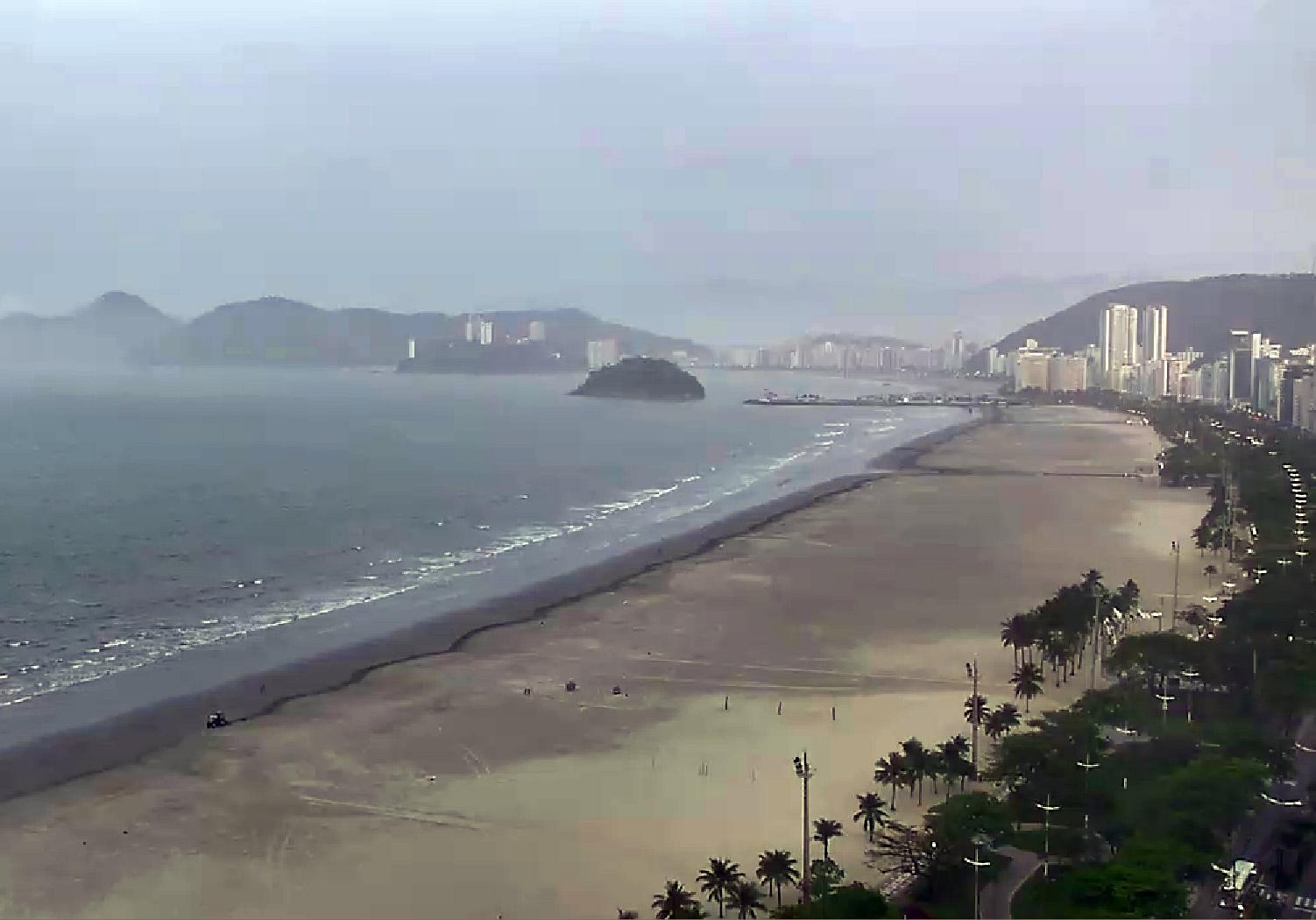 Tratores percorrem as praia de Santos para remover lixo expelido pelo mar. Enquanto continuarmos poluindo o mangue, todo dia será dia de limpeza de praias na Baixada Santista. Crédito: Janelas TV