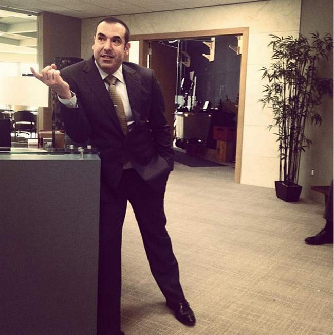 louis litt durante el rodaje de suits