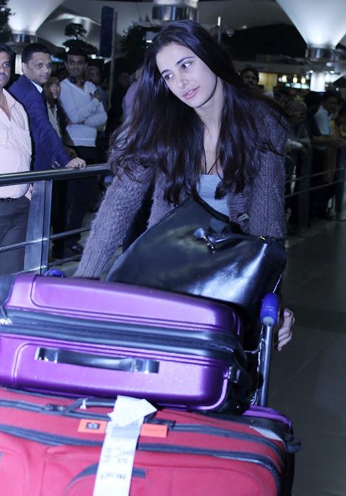 nargis fakhri snapped at an airport!!! actress pics