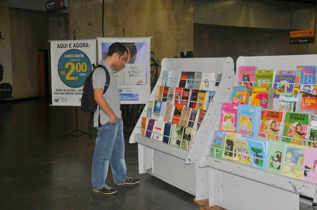 Chamada de 'lojão', a unidade itinerante, de 63m², apresenta mais de dez mil livros de 700 títulos diferentes, em parceria com 40 editoras brasileiras e estrangeiras ao preço de R$ 2 e R$ 3