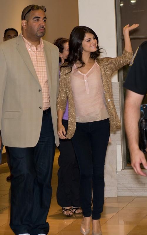Selena: Candids y Apariciones Públicas #3 - Página 2 Selena-gomez-filadelfia-002