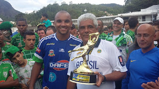 Mário Silva, pres. da LTD, e Douglas Costa, goleiro do Fonte Santa, que recebeu o título de 'menos vazado' da competição