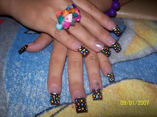 modelo de uñas negro con puntos de colores