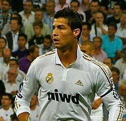 Cristiano Ronaldo mide 1,84 metros.