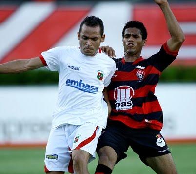 No Barradão, Vitória goleia o Feirense e segue 100%