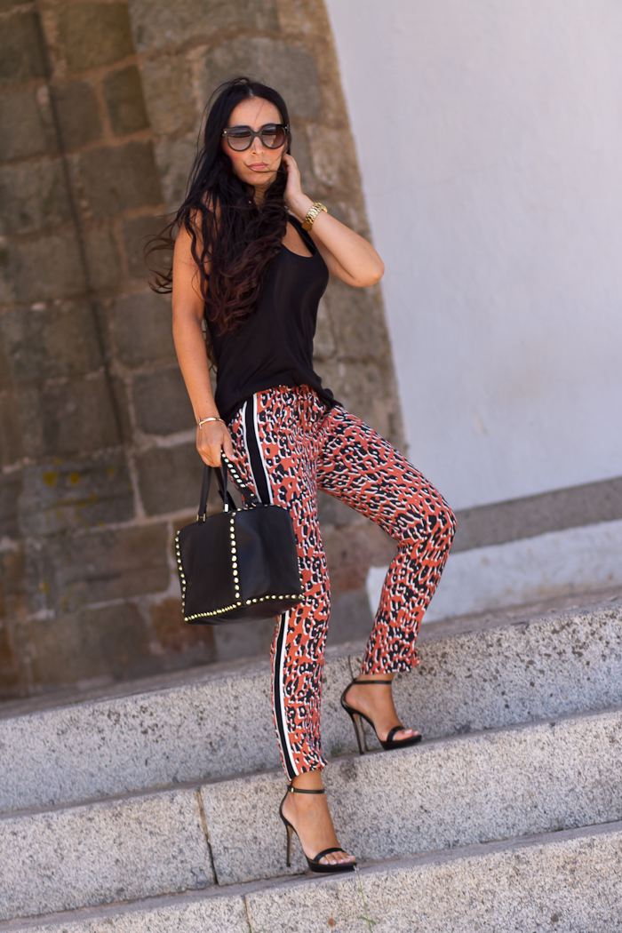 Look Sporty Chic con Pantalones de estampado leopardo