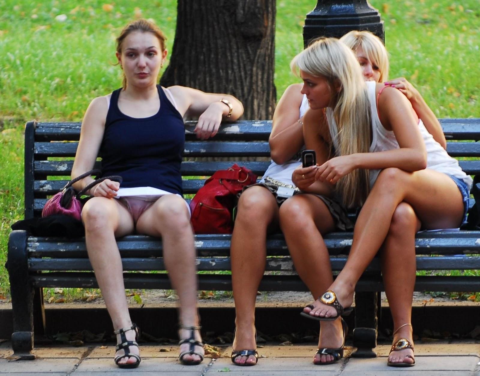 Фото под юбкой у подружек, Под юбкой у девушек -фото. Письки и трусики под 3 фотография