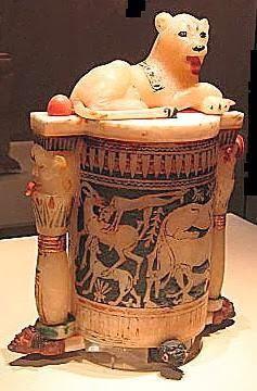 Frasco de alabastro para cosméticos, con una leona en la tapa, de la tumba de Tutankamón