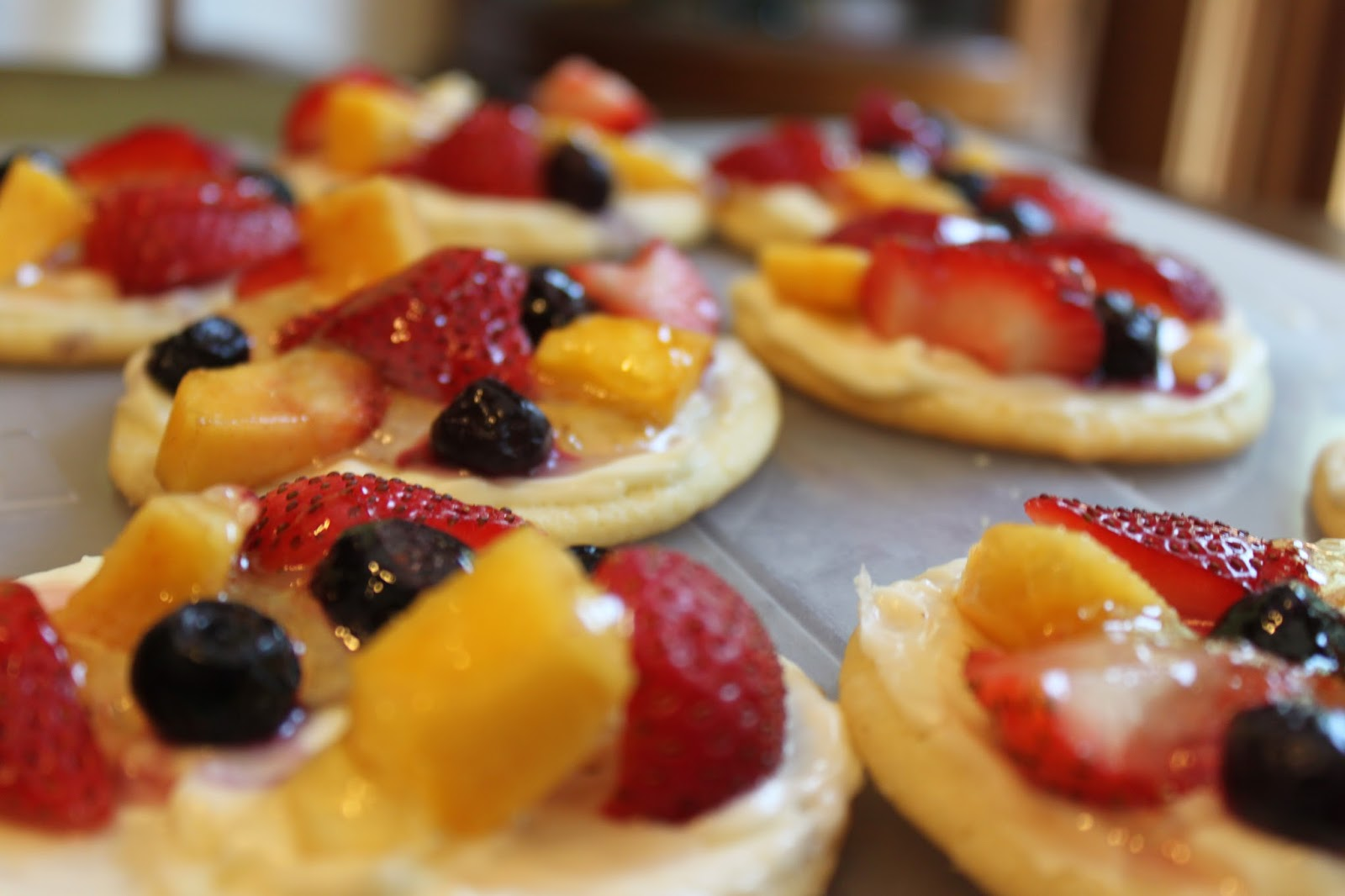 Sweet Deliciousness: Mini Fruit Pizza