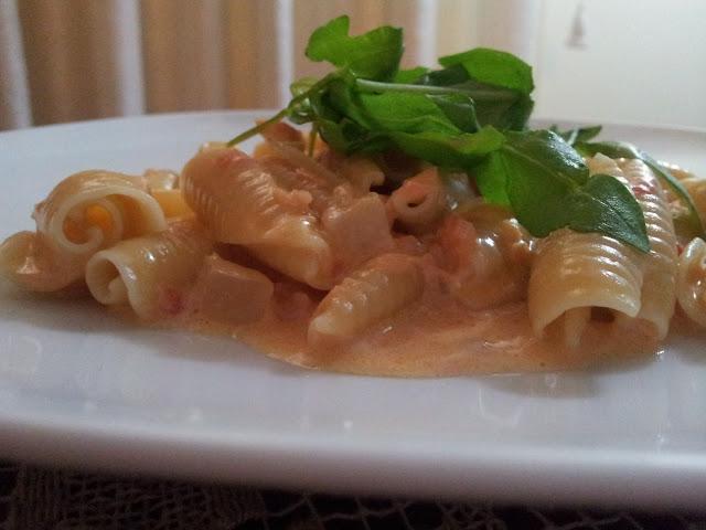 Un piatto di pasta al salmone