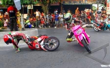gambar motor road race jatuh