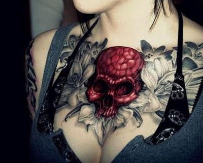 Tattoo de caveira no peito feminino