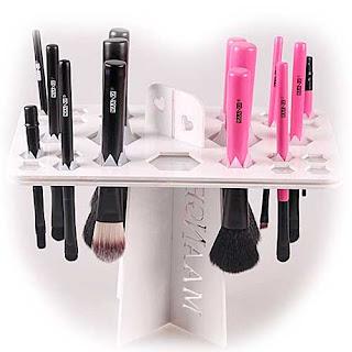 colgador para secar y guardar tus brochas de maquillaje